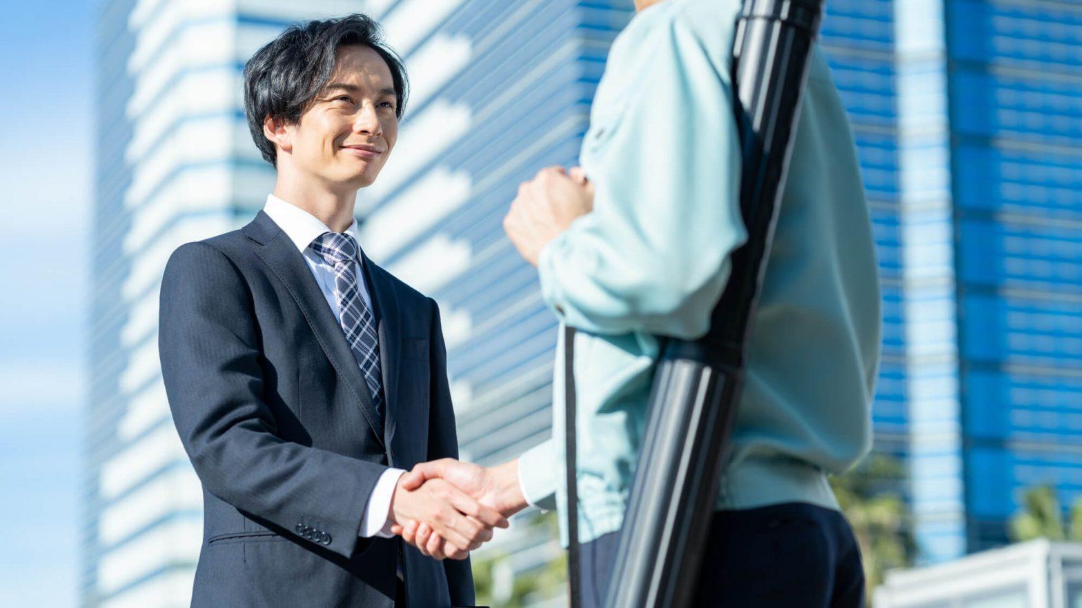 握手する不動産営業マン